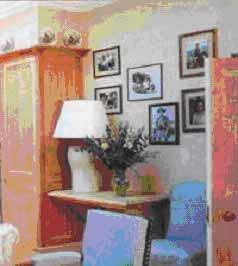 Фотографии над столиком в гостиной