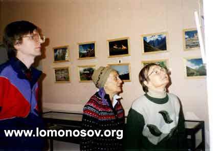 В. Л. Мельников и Л. С. Митусова осматривают фотовыставку АЛТАЙ-ГИМАЛАИ