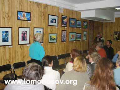 Л. В. Бузина ведет экскурсию по выставке