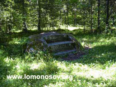 Каменная скамья в музее-заповеднике Ораниенбаум