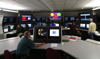 Пункт слежения за космической погодой Американской национальной атмосферной службы. Изменения космической погоды надо уметь вовремя заметить, а ещё лучше — точно предсказать. Усиление солнечного ветра может обернуться настоящим ураганом в построенных человеком силовых сетях. Фото: NOAA