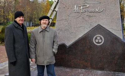 Слева направо - архитектор Ю.Ф. Кожин и скульптор В.В. Зайко