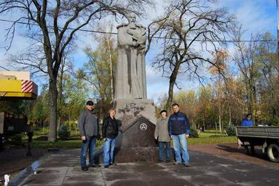 Слева направо - мастер П.И. Гиль, благотворитель Ю.Ю. Жорно, скульптор В.В. Зайко, директор МИСР А.А. Бондаренко.