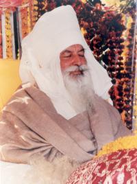 Баба Вирса Сингх - это фигура библейского масштаба, чья мощная духовность была признана, еще когда он был ребенком. Его семья жила в деревне Сараван Бодла в Пенджабе, состоявшей из хижин, сложенных из грязевого кирпича.