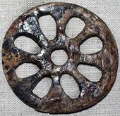 Прорезной диск. Предмет культа. Раскопки 1969 г. Автор находки Бадер О.Н. Место находки: северное погребение, на одном из костяных дротиков. 25 тыс. лет т.н. Бивень мамонта, резьба, шлифовка, сверление. D-5,5. Толщина 0,3 см [3].