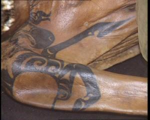На теле принцессы «Кадын», как ее окрестили ученые, была изображена татуировки грифона, выполненная в скифском зверином стиле.