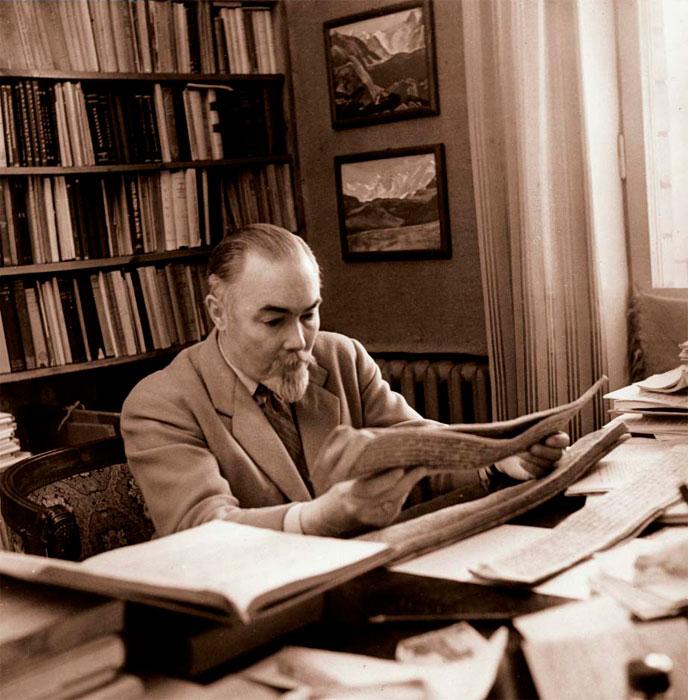 Юрий Николаевич Рерих в своей московской квартире. 1958–1960