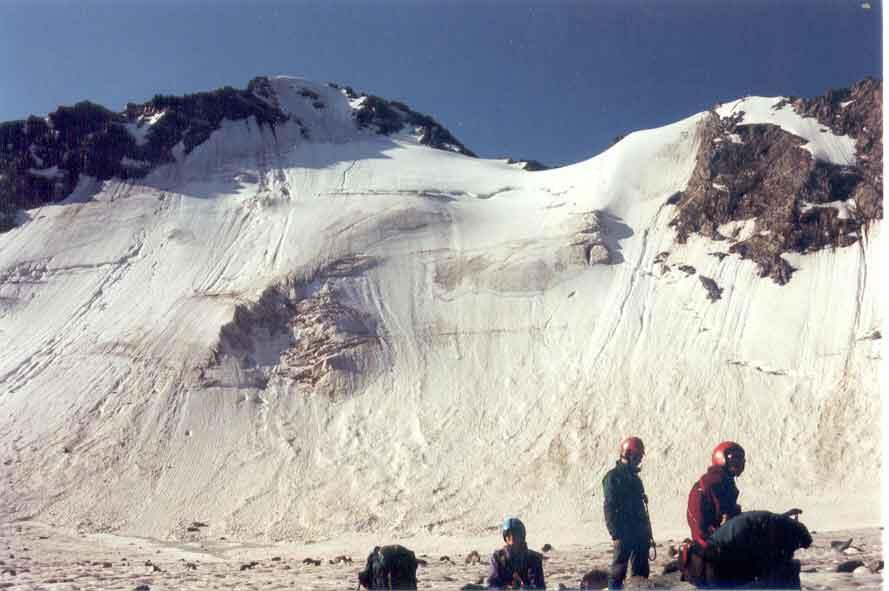 Перевал Рериха. Слева – Пик Николая Рериха. Вид с севера. Фотография О. Фомичёва.