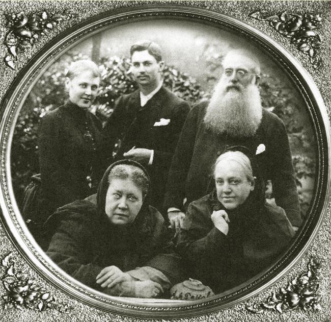 Вера и Чарльз Джонстон с Генри Олкоттом стоят за спиной Е. П. Блаватской и ее сестры, Веры Желиховской. Лондон, 1888 г.