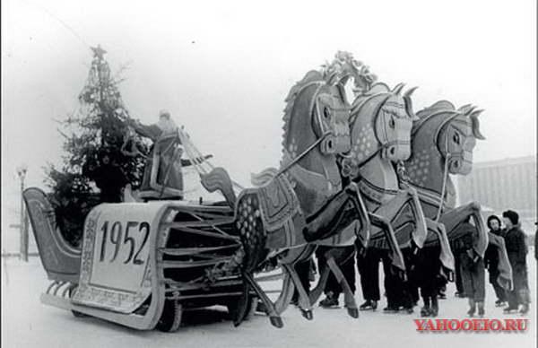 Дед Мороз выезжает на каток парка имени М. Горького. 1952 год