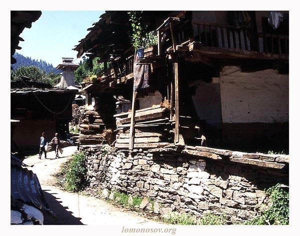 Манали. Улица, ведущая к храму Ману. Фото автора, 1998.