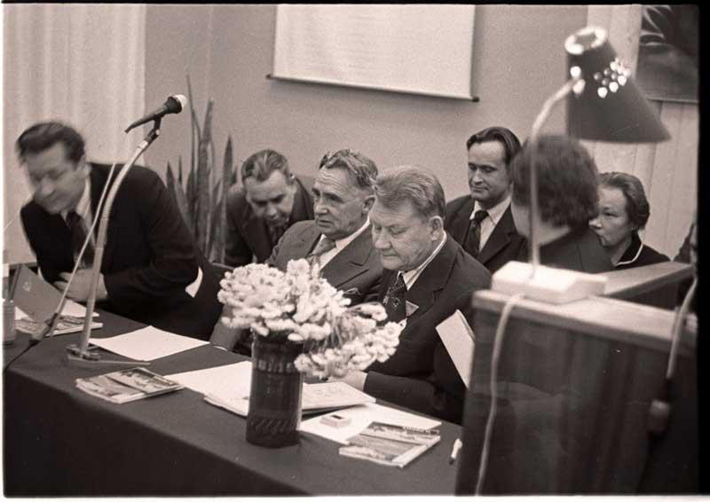 В президиуме Рериховских чтений: П.Ф.Беликов, А.П.Окладников, В.Е.Ларичев, Л.В.Шапошникова. 1976 год.