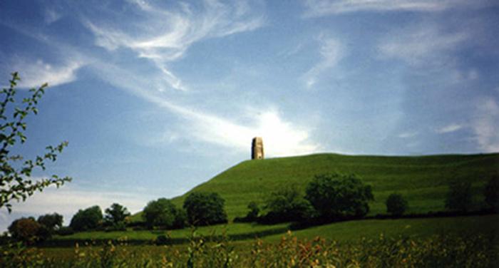 Подъезжая Гластонбери, ещё издалека замечаешь большой холм, его нельзя назвать горой, с башней на вершине, которая называется Тор