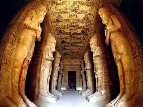 Храм состоит из четырех залов, в последнем из которых находятся статуи богов Амона, Птаха и, собственно, фараона Рамзеса Второго.  Только два раза в году лик фараона освещается солнечным светом. 22 февраля и 22 октября первые лучи восходящего солнца дотрагиваются до статуи. В остальные дни прямой свет в этот зал не проникает.