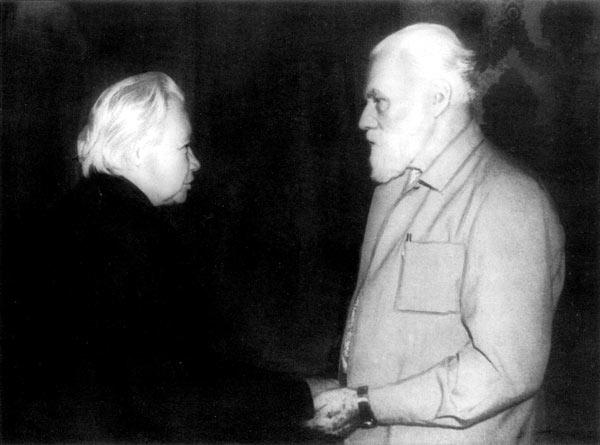 Л.В. Шапошникова и С.Н. Рерих в аэропорту, Москва, 1987 г.