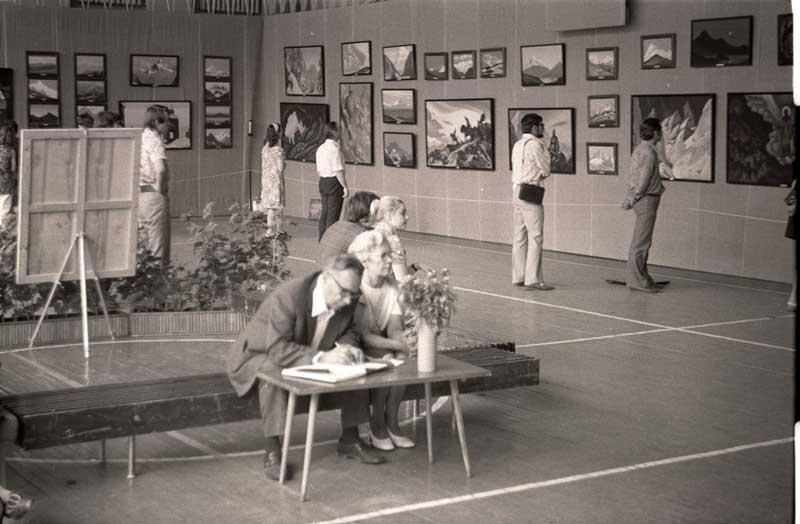 П.Ф. и Г.В. Беликовы на выставке в Академгородке.  1975 год.