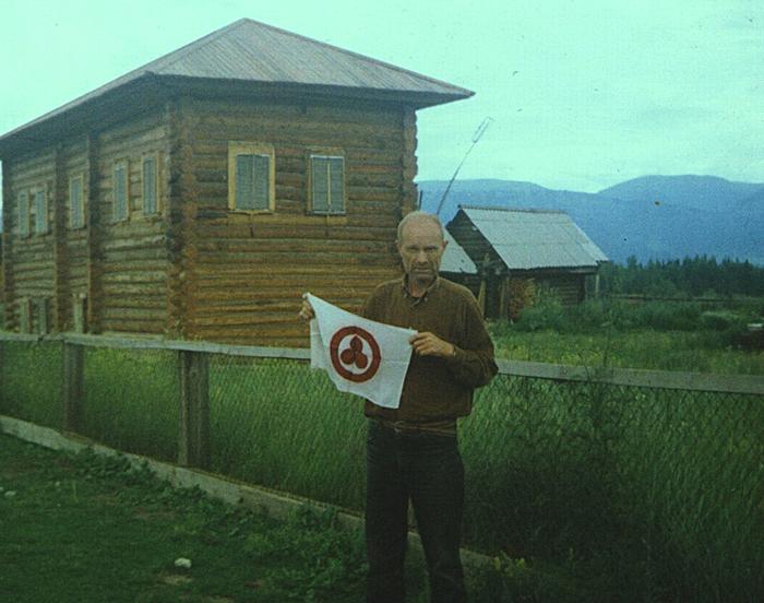 А.Н. Анненко. Знамя Мира в Верхнем Уймоне (Горный Алтай), где в 1926 году базировалась Центрально-Азиатская экспедиция Н. К. Рериха. 1999 г.