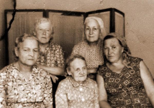 З. Н. Чунихина (стоит слева) среди бывших харбинок в Черногорске (1970-е гг.)