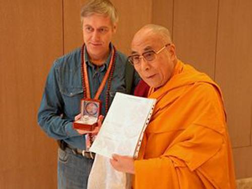 Рис. 3. В.Тузлуков дарит мандалу Калачакры Далай Ламе XIV. Июнь 2012г.