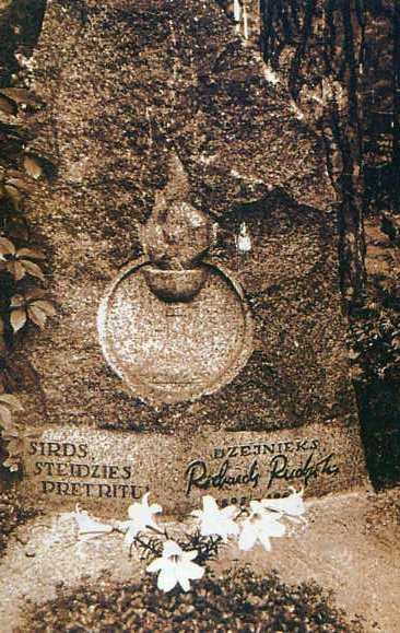 Памятник на могиле Р. Я. Рудзитиса