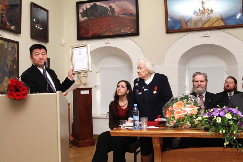 Чрезвычайный и Полномочный Посол Монголии в России г-н Долоонжин Идэвхтэн вручил Людмиле Васильевне диплом Почетного доктора Академии наук Монголии.