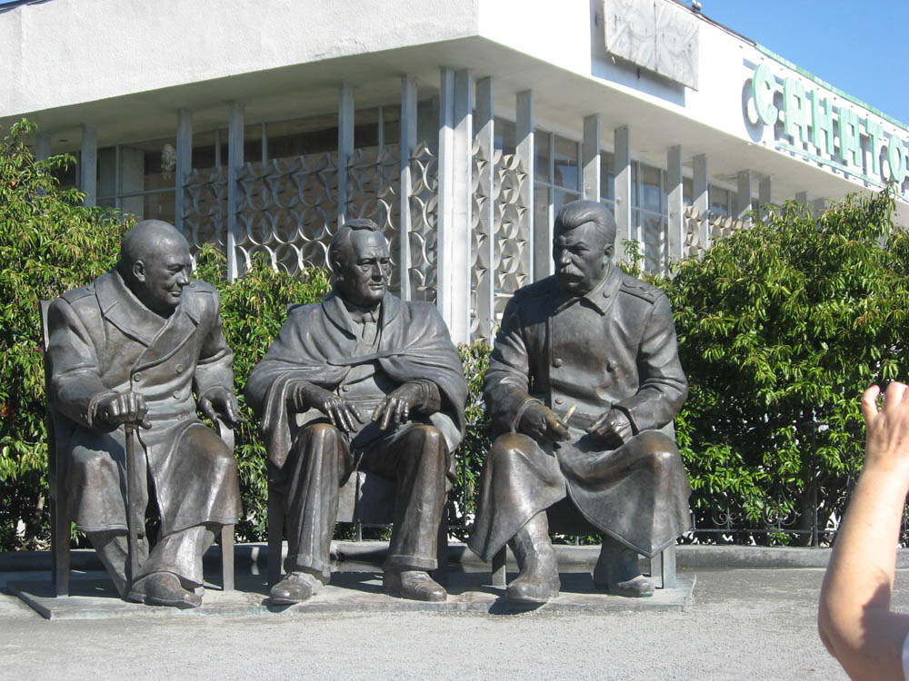 Ялта. Памятник посвященный встрече лидеров стран антигитлеровской коалиции. Фото Г. Ермолиной