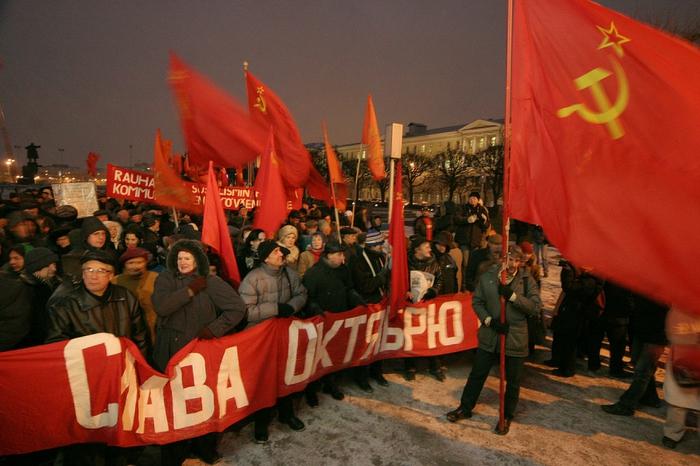 Гражданам страны советов полагалось по этому поводу два выходных дня: 7 и 8 ноября: так постановил президиум цик ссср в 1927 году, в честь первой десятилетней годовщины революции
