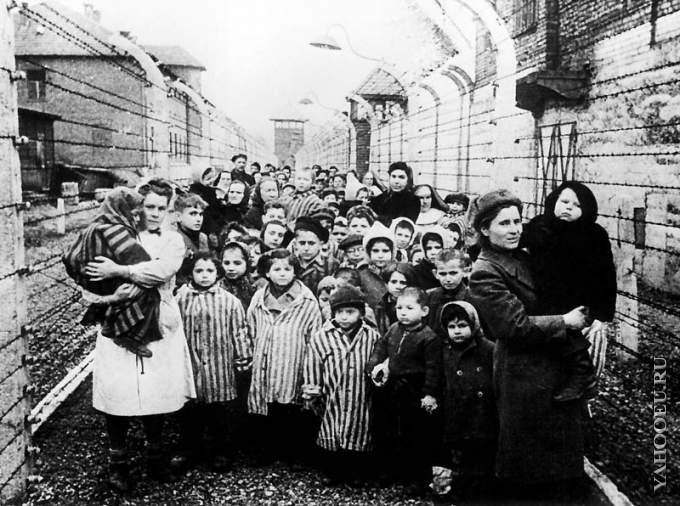 Освобождение детей концлагеря советскими солдатами
