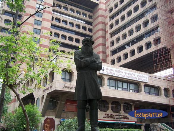 Памятник Л. Н. Толстому в Дели. Индия.