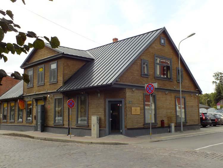 Дом в Лиепае на перекрестке улиц Куршу и Руожу,  на углу которого находилась аптека Александра