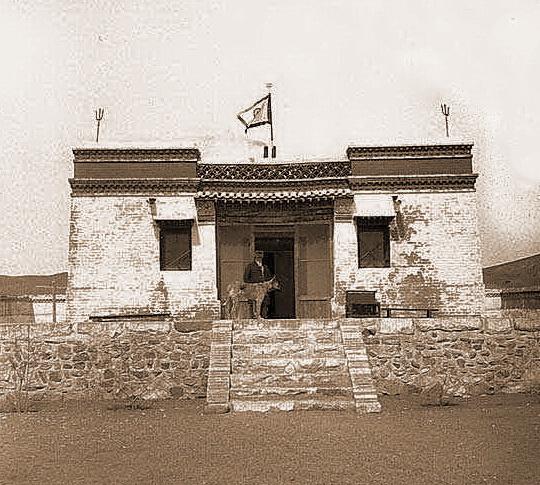 Знамя Мира в Цаган Куре во время Маньчжуро-Монгольской экспедиции Н. К. Рериха. 1935 г.