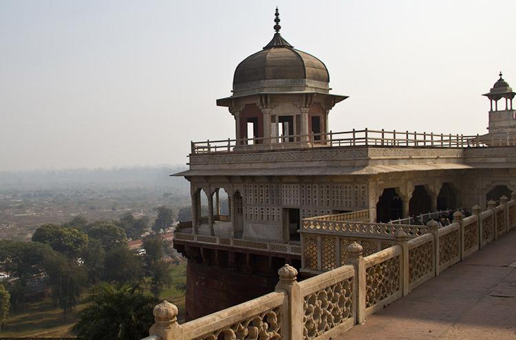 Основного процветания Акрабарат (впоследствии Агра) достигла во времена правления Акбара Великого (1556-1605), построивший здесь форт Агра, сделавший город центром науки, искусства, торговли, религии.