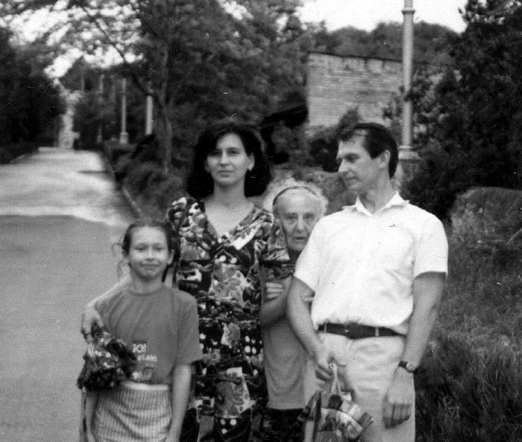 Л. С. Митусова с семьёй Бондаренко. Пятигорск. 7 августа 1996 Слева направо: Е. А. Бондаренко, И. А. Бондаренко, Л. С. Митусова, А. А. Бондаренко