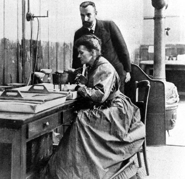 Пьер и Мария Кюри в лаборатории