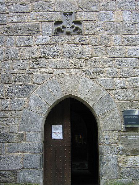 Вход в отчий дом Игнатия Лойолы с родовым гербом над дверью.