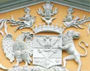 Герб Протасовых  на фронтоне главного здания  усадьбы Лопухиных