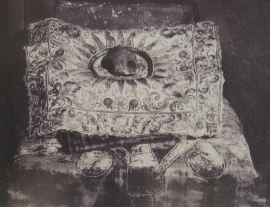Священный Камень, полученный Рерихами 6 октября 1023 года в Париже. Фото.