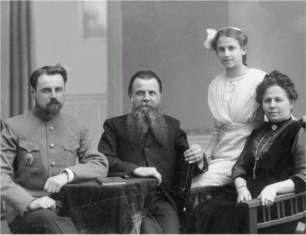 Михаил Васильевич и Татьяна Егоровна Соколовы, их сын Николай и дочь Валентина. 1910-е гг.