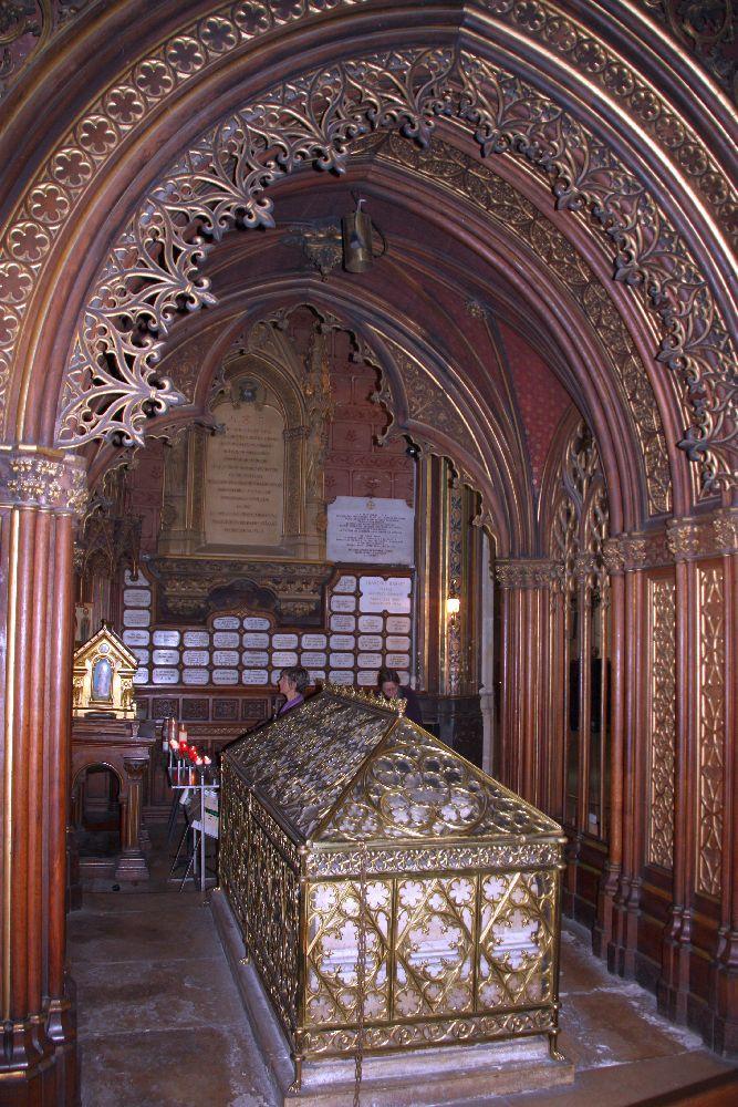 Гробница Святой Женевьевы.  Храм Сент-Этьен-дю-Мон. Париж.