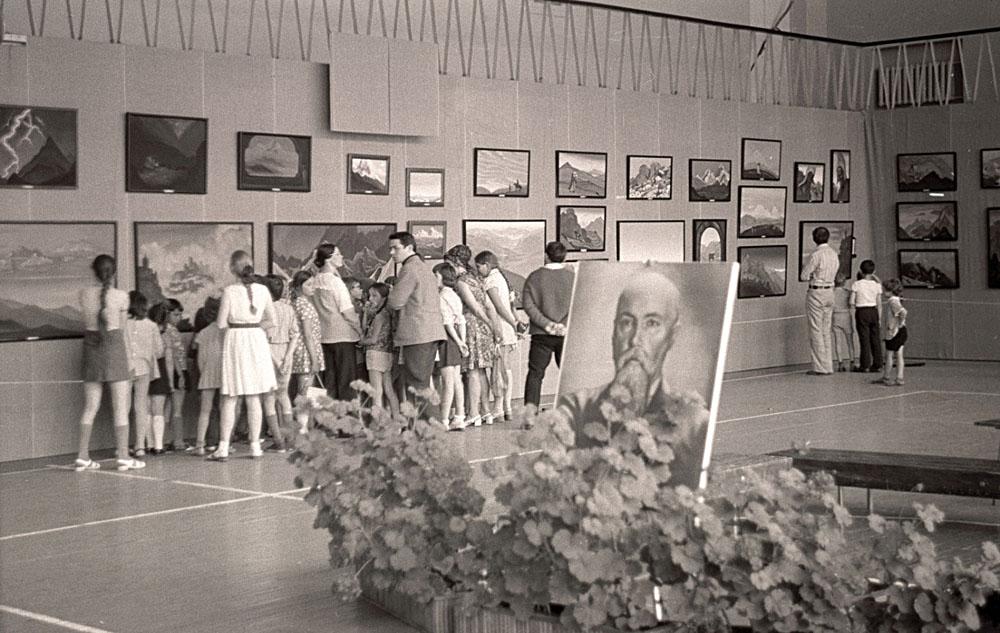 Выставка картин Н.К.Рериха. Спорткомплекс НГУ. Новосибирский     Академгородок. 1975. (Фото из архива А.Н.Анненко. Абакан, Хакасия)