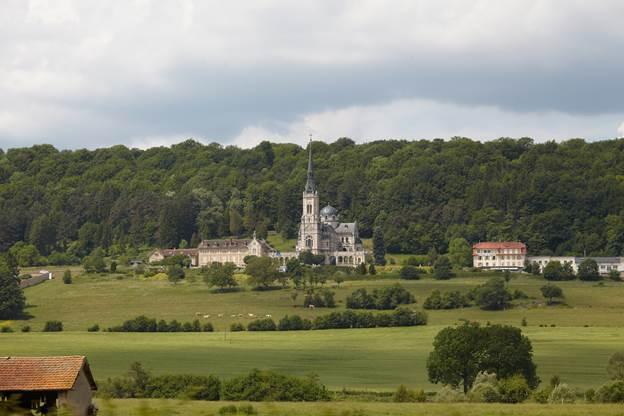 Собор Св. Жанны Д`Арк, построенный на месте «Дерева Фей». Домреми.