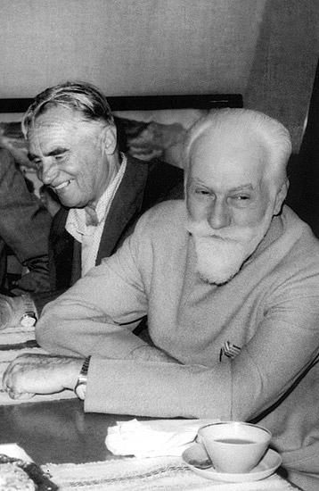 С.Н.Рерих и П.Ф.Беликов в мемориальном кабинете Н.К.Рериха в ГМВ. 1981 г.