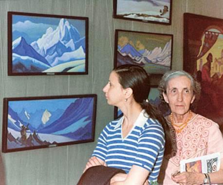 Н.Д. Спирина (справа) на выставке картин Н.К.Рериха.                                             Новосибирский Академгородок. 1975.              (Фото из архива Н.Д.Спириной, предоставлено СибРО. Новосибирск)