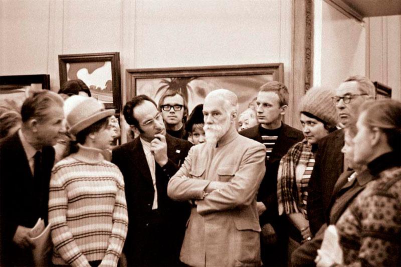 Святослав Николаевич Рерих беседует с посетителями выставки.  Москва, 1960