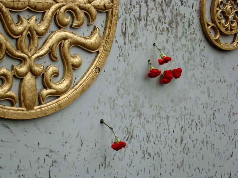 Следы, оставленные пулями на воротах ограды Белого дома.