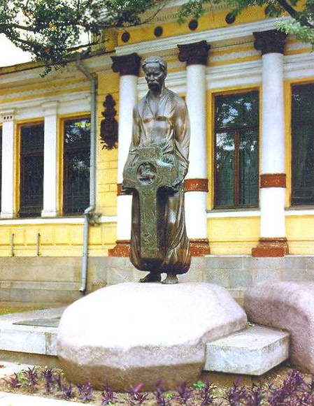 Памятник выдающемуся украинскому ученому, другу  П.А. Гана  Д.И. Яворницкому, открытой в 1995г. На могиле ученого около музея. Фото 1998.