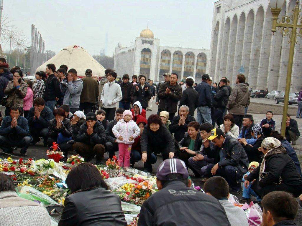 Поминальная молитва на площади у Белого дома. Апрель 2010 г.