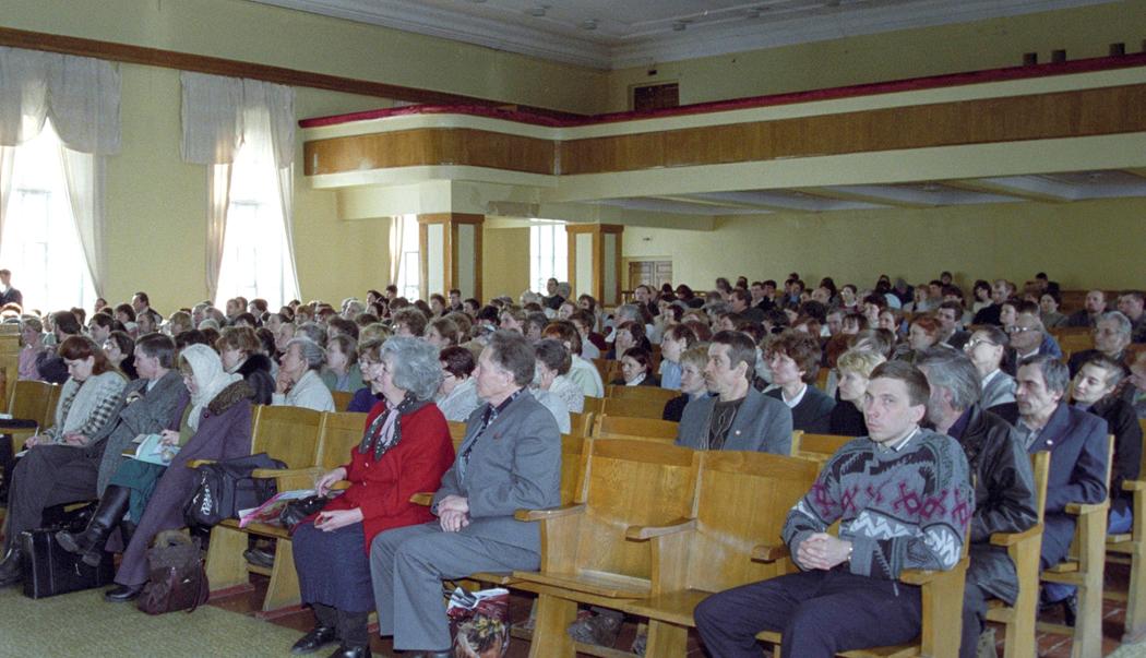 На «Круглом столе» СибРО. Дом офицеров СибВО, Большой зал. Новосибирск.   Конец 1990-х годов. (Фото из архива СибРО. Новосибирск)