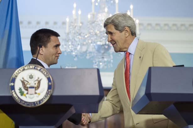Джон Керри и Украинский Министр Иностранных дел Павло Климкин приветствуют друг друга в Гос. Департаменте 29 июля 2014-фото Клиф Оун
