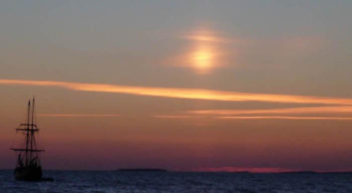 Рис. 17.  «Огненный столп» в атмосфере  над Онежским озером.